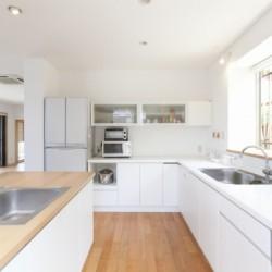 キッチンと家族の風景